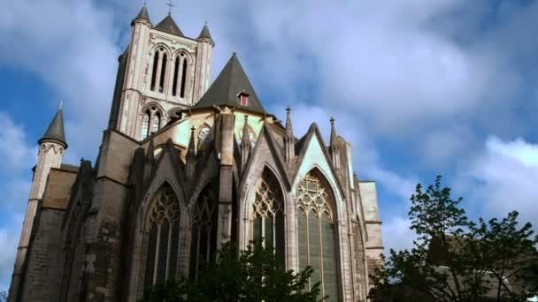 Nakloněná rovina sestřeleno východní průčelí kostela svatého Mikuláše v Gentu na jarní ráno