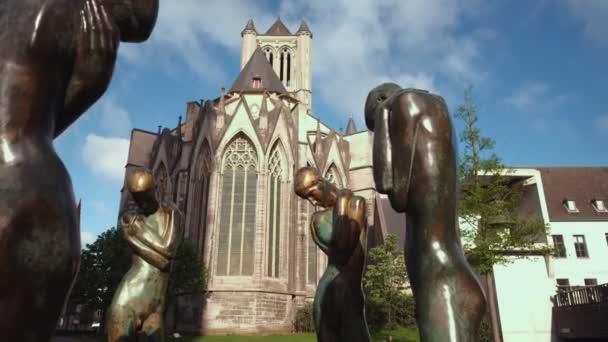 Fotoaparát snímky za De Fontein der Geknielden v Gentu s kostelem svatého Mikuláše za