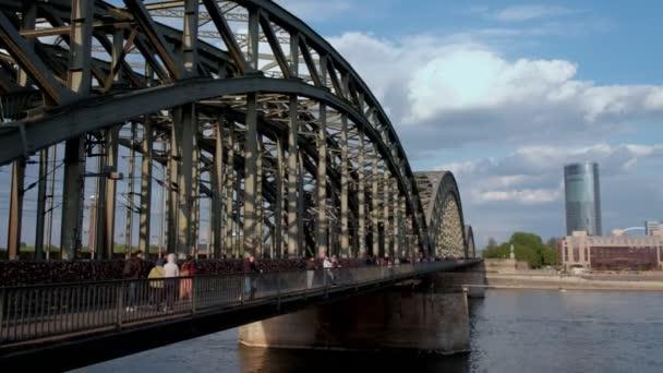 Statische Clip von Touristen und einheimischen Kreuzung Hohenzollernbrucke in Köln