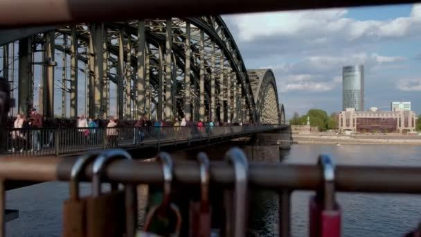 Clip von Touristen und einheimischen Kreuzung Hohenzollernbrucke in Köln