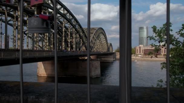 Kamera steigt auf Fußgänger überqueren Hohenzollernbrucke in Köln zeigen