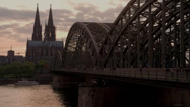 Statische Aufnahme der Hohenzollernbrücke und des Kölner Doms bei Sonnenuntergang in Deutschland