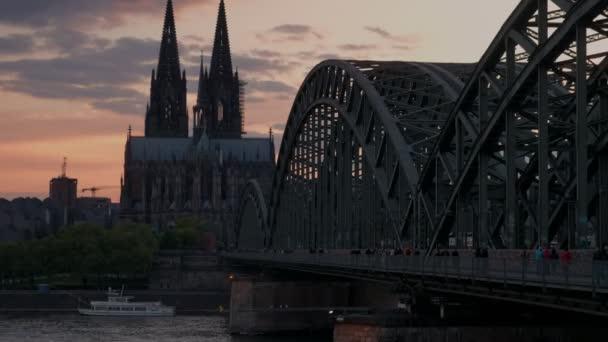 Statische Clip von Hohenzollernbrucke und Kölner Dom bei Sonnenuntergang in Deutschland