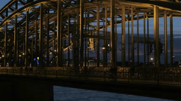 Bei eingeschaltetem Licht über die Hohenzollernbrücke zum Kölner Dom.