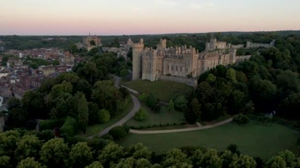 Drone piste nei dintorni di Castello di Arundel e città alla luce di unalba di estate