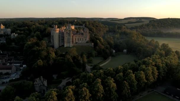 Drone piste nei dintorni di Castello di Arundel e città alla luce di unalba nebbiosa di estate