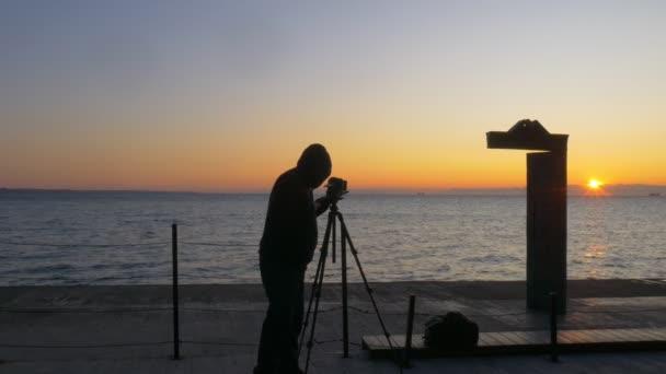 Hoodie nošení fotograf fotí východ slunce v Domus Solis v Oděse Ukrajina