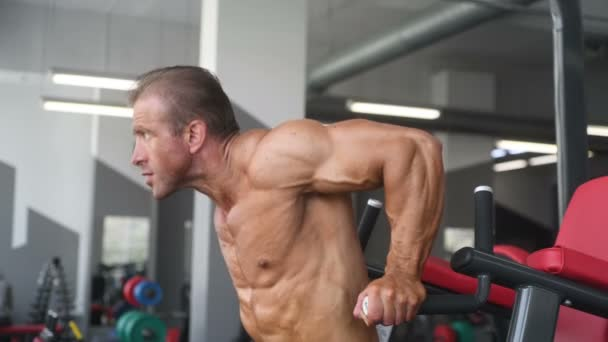 Atletický muž brutální silné kulturista se svaly cvičení kulturistiky koncept pozadí - čerpání svalové kulturista hezcí muži dělat cvičení v tělocvičně nahý trup sport a dietní koncepce