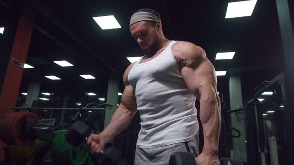 Brutal starke athletische Männer, die Muskeln hochpumpen Workout Bodybuilding-Konzept Hintergrund - muskulöse Bodybuilder schöne Männer, die Übungen in der Turnhalle nackten Oberkörper