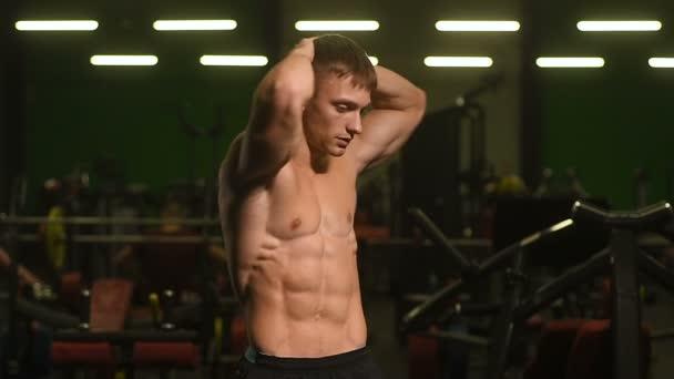 Schöne starke athletische Männer, die Muskeln aufpumpen Workout Fitness und Bodybuilding-Konzept Hintergrund - muskulöse Bodybuilder Fitness Männer, die Bauch-Übungen im Fitnessstudio nackten Oberkörper