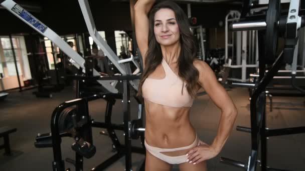 pěkně kavkazské fitness žena se svaly cvičení fitness a kulturistika koncept posilovny pozadí abs cvičení v tělocvičně nahý trup čerpání