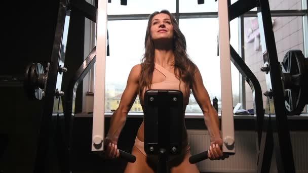 szép kaukázusi fitness nő fel izmok edzés fitnesz és testépítő koncepció tornaterem háttér abs gyakorlatok az edzőteremben meztelen felsőtestét szivattyúzás