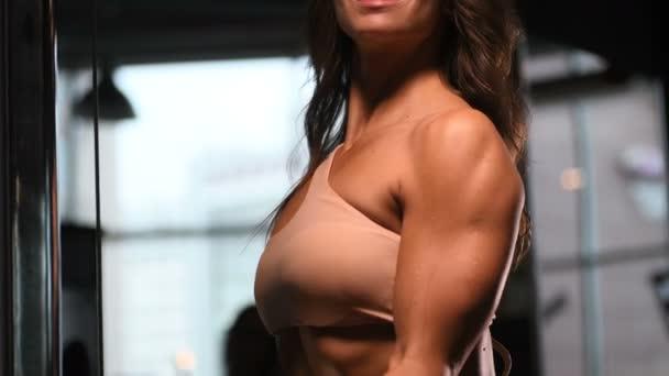 ziemlich kaukasischen Fitness-Frau Pumpen bis Muskeln Workout Fitness und Bodybuilding-Konzept Turnhalle Hintergrund Bauch-Übungen in der Turnhalle nackten Oberkörper