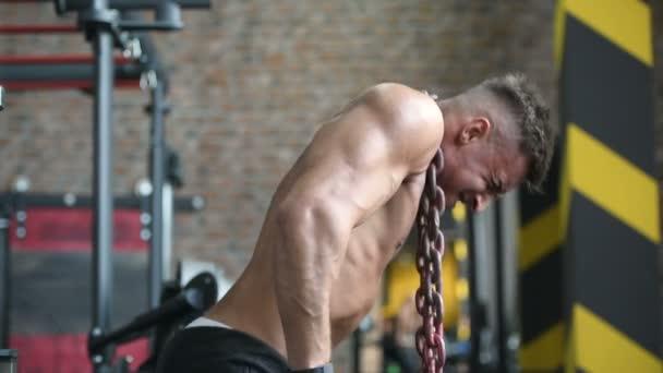 Schöne starke athletische Männer, die Muskeln aufpumpen Workout Fitness und Bodybuilding-Konzept Hintergrund - muskulöse Bodybuilder Fitness Männer, die Arme Bauch Rückenübungen in der Turnhalle nackten Oberkörper