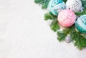 Vánoční nebo novoroční pozadí: větve stromů jedle, skleněné koule, dekorace. Místo pro vaše gratulace
