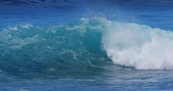 silné vlny v bouřlivém moři