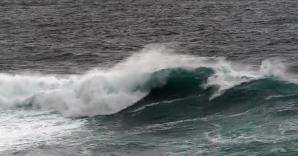 silné vlny v moři, malebný výhled na moře