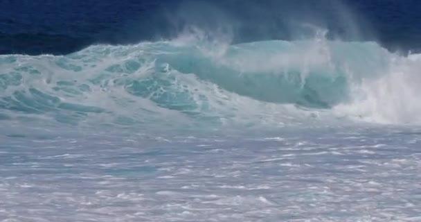 erős hullámok viharos tengerben