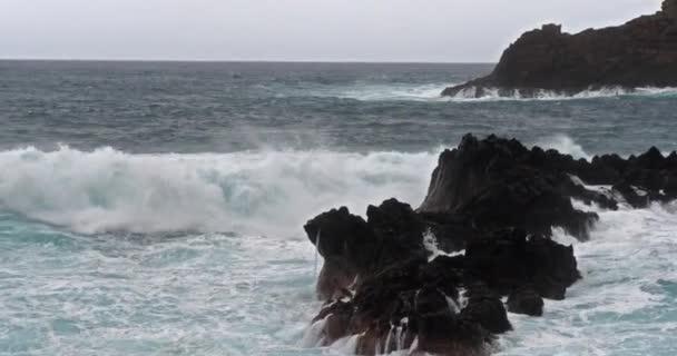 erős hullámok a tengerben, látványos kilátás