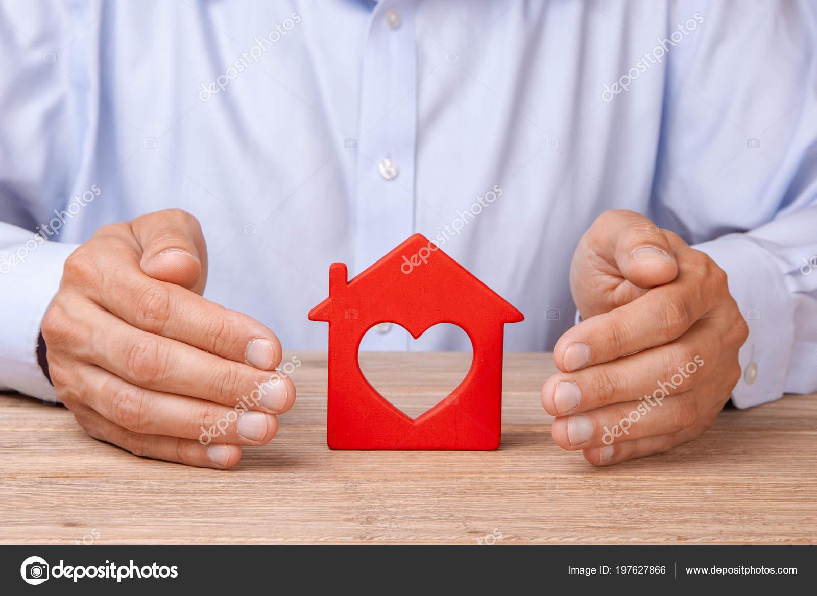 3780b69fbb6a5 Do seguro de casa conceito, proteção contra roubo ou destruição. O homem  com as