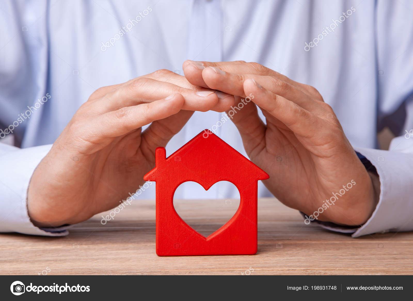 8e578697bba25 Do seguro de casa conceito, proteção contra roubo ou destruição. Homem com  as mãos