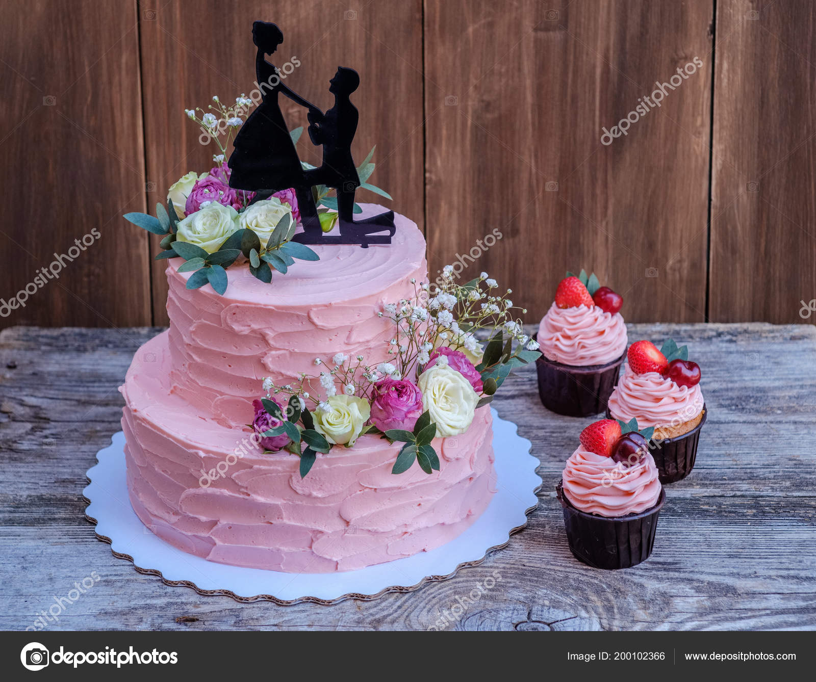 Schone Zwei Tiered Hochzeitstorte Mit Rosa Kase Sahne Dekoriert Mit