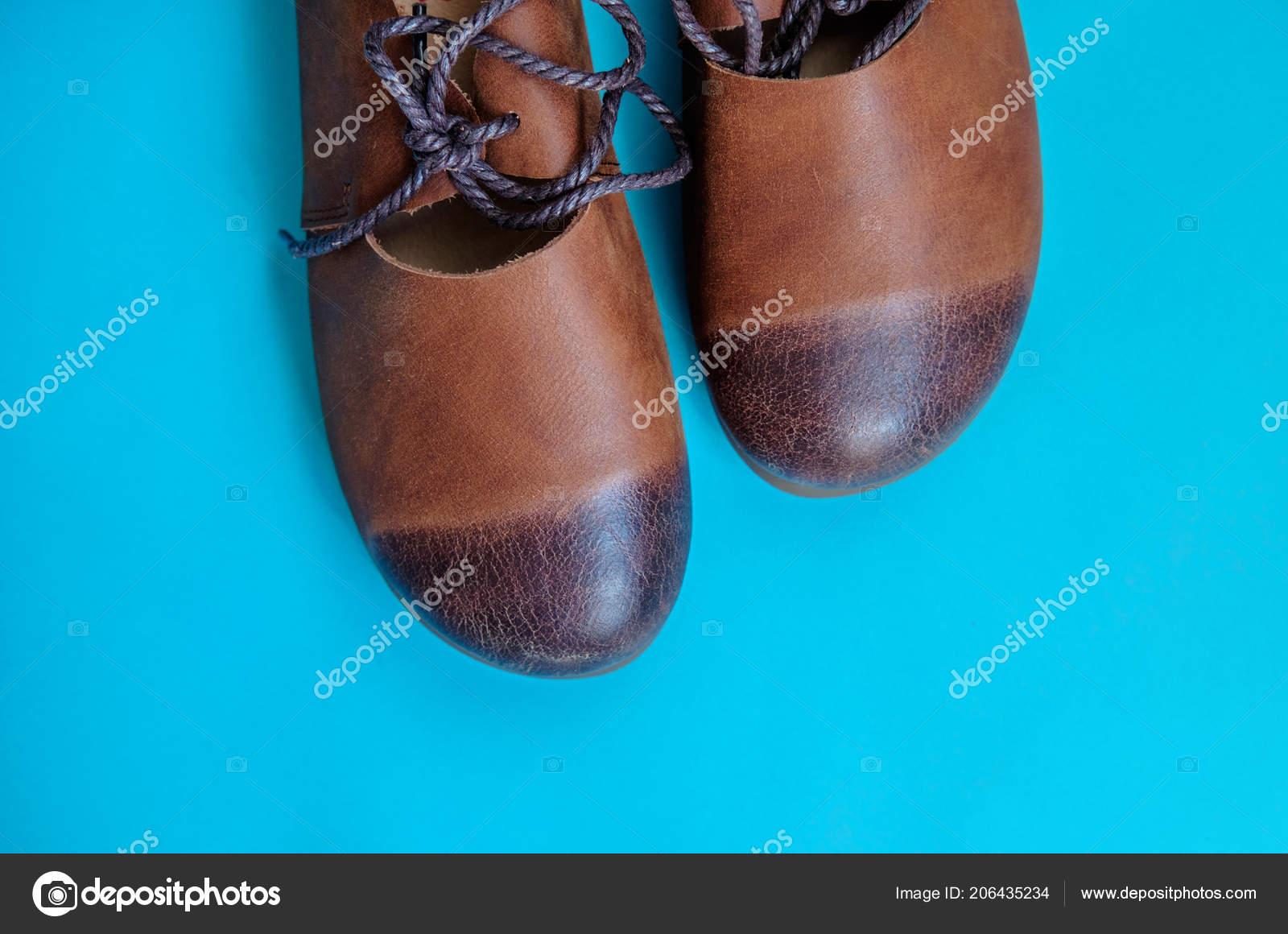 4a2c14260f Hnědé Dámské boty vyrobené z pravé kůže s tkaničkami v retro stylu na  modrém pozadí — Fotografie od ...