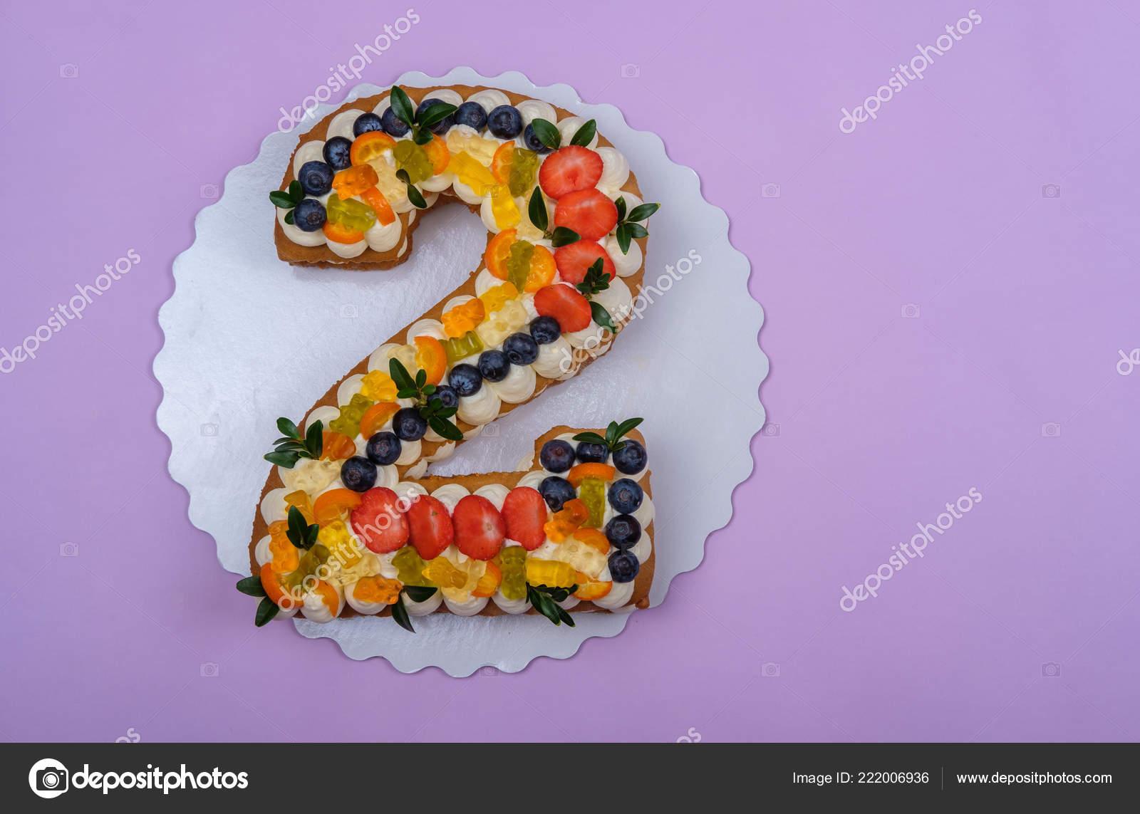 Schone Geburtstagstorte Form Von Zwei Zahlen Auf Lila Hintergrund Stockfoto