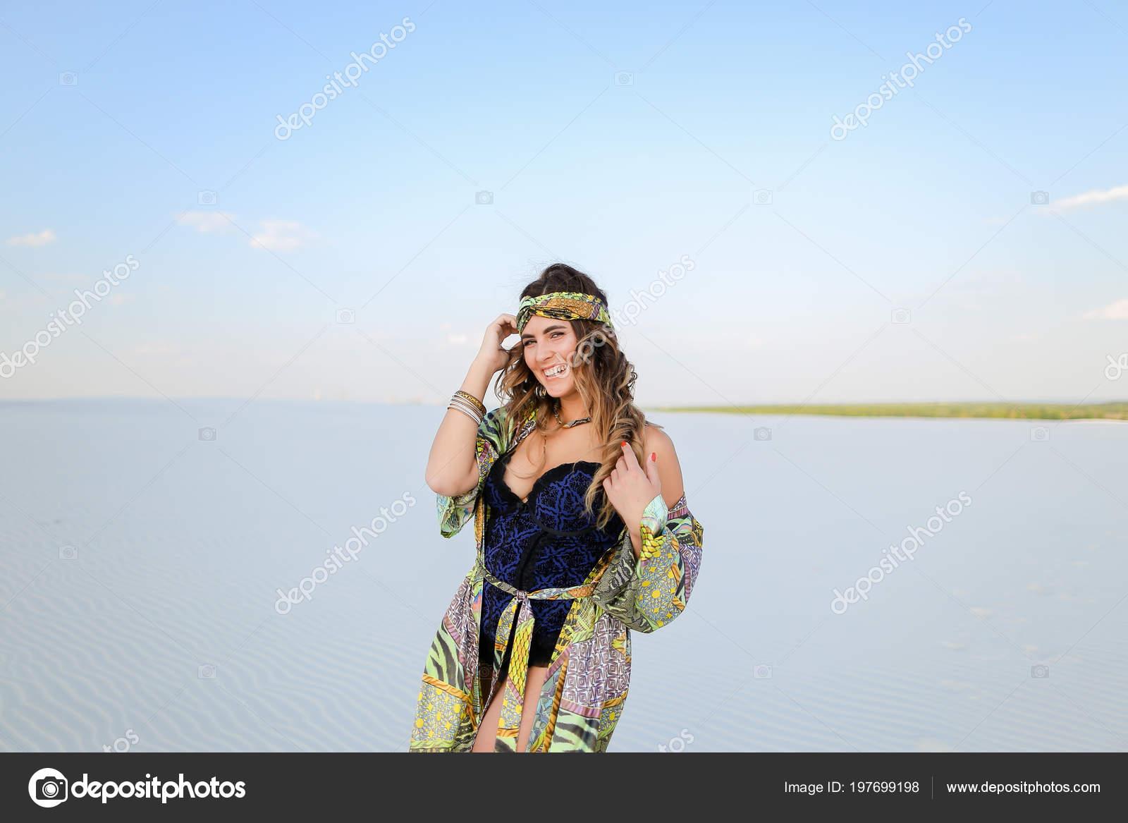 0df242e1797ea Девушка в костюме черный купальник и зеленый берег одеяние, стоя на песке.  Концепция фото сессии пустыни и одежда коллекции летом. — Фото автора  sisterspro