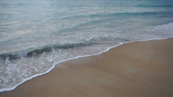 Zpomalený pohyb rekreant bude plavat v moři, večer.