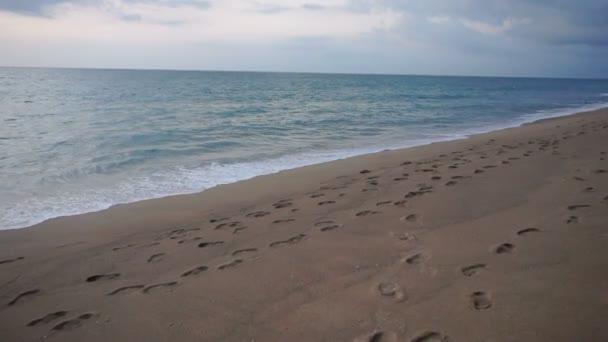 Zpomalený pohyb kameramana dělat video o postupných vln a moře pláž