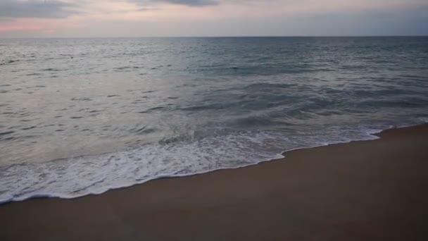 Zpomalený pohyb turistické dělat video u moře pro příbuzné