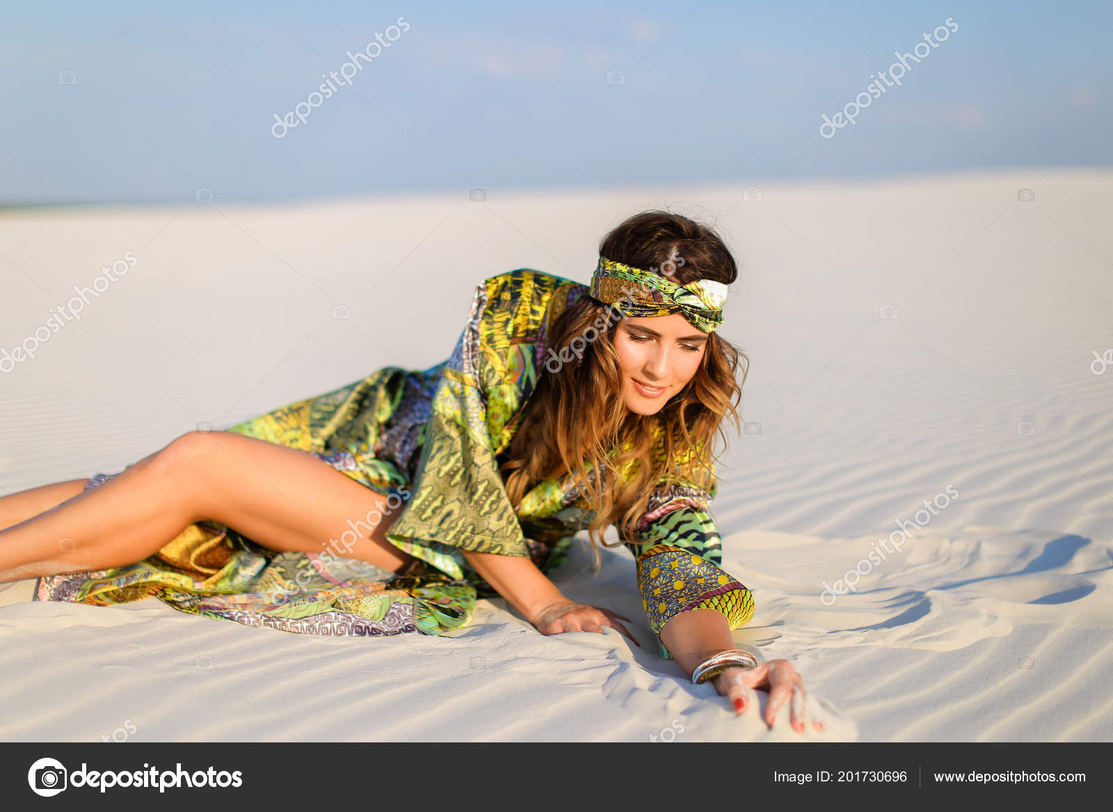 5271013c5a13 Mujer vestida con traje de playa verde con traje de baño negro en ...