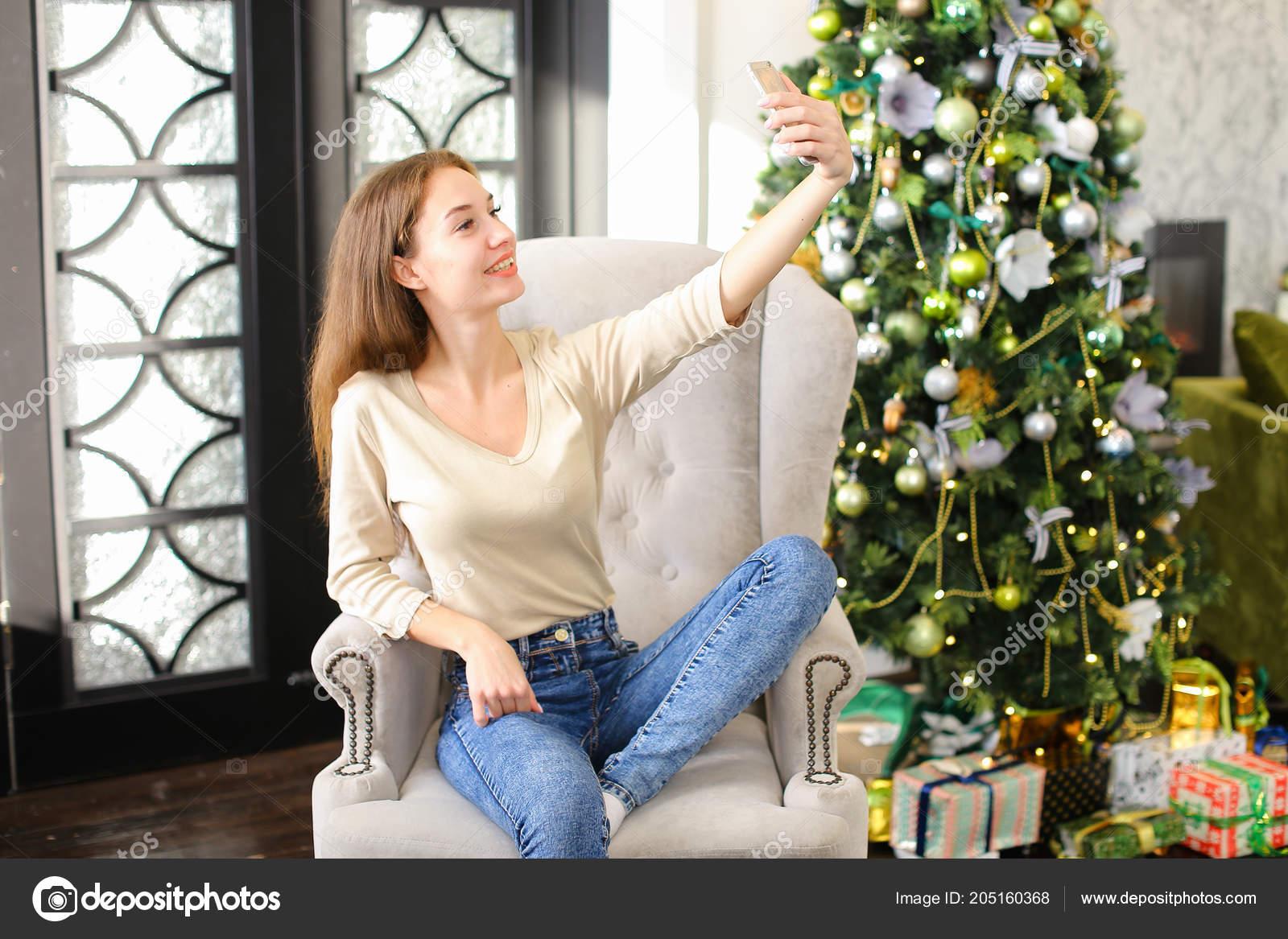 e87408268c79 moglie con indicatore luminoso di Bengala che si siede vicino all ...
