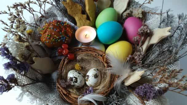 hořící čaj světle svíce ve velikonoční košík