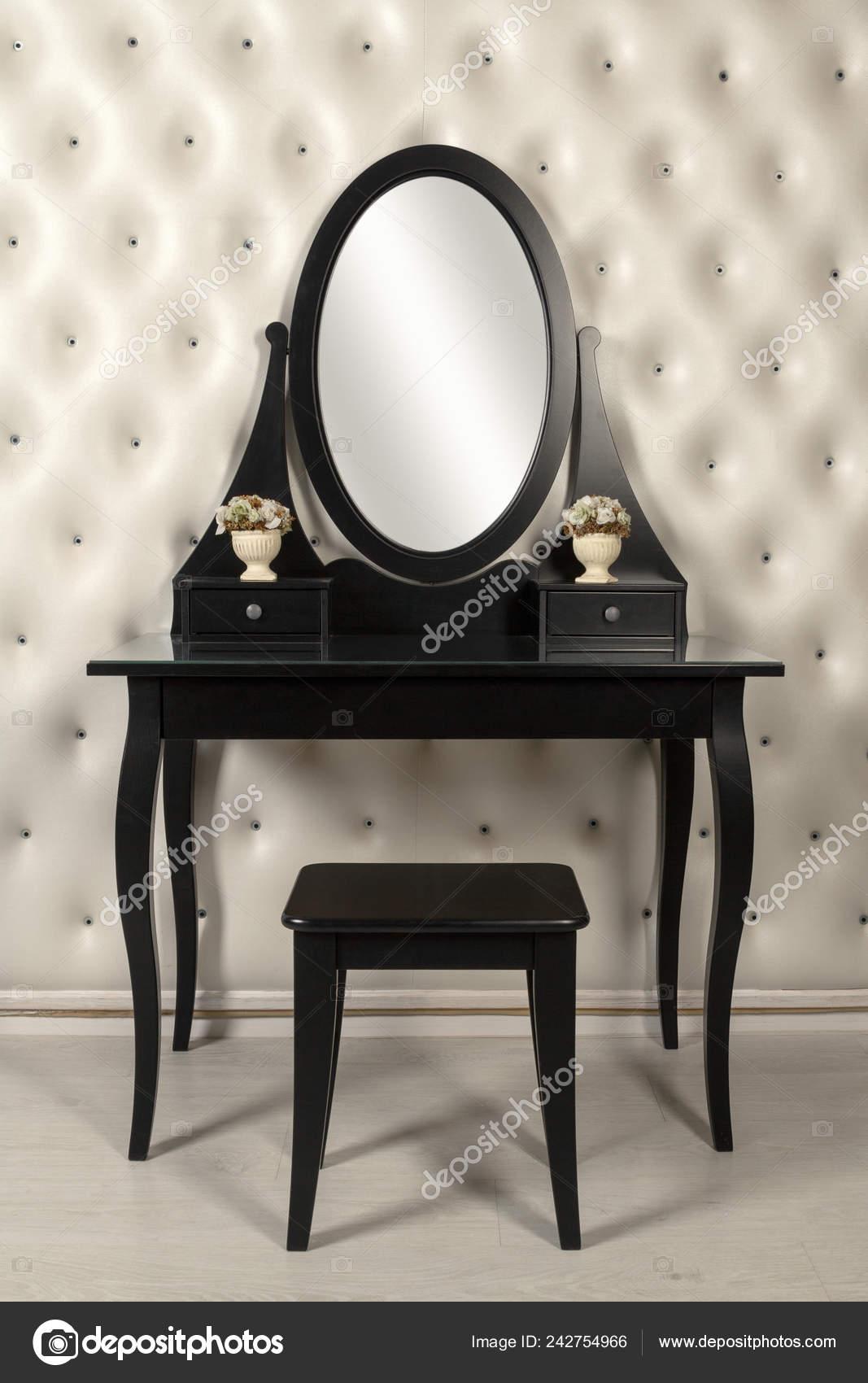 черный макияж зеркало тщеславия с кожи стены стоковое фото
