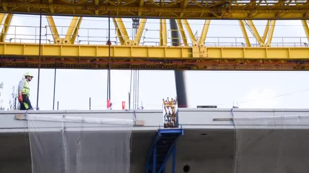 munkás előkészíti az utolsó részt a Crown Princess Mary hídon a Roskilde firth, Frederikssund, Dánia, Május 3, 2019