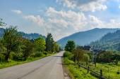 strada asfaltata nelle montagne