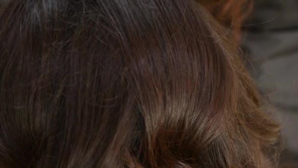 Closeup ženské vlasy styling