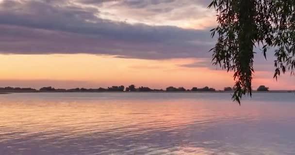 Barevný západ slunce červených odstínů na řece. Časový výpadek