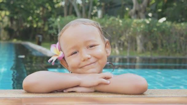 Portrét dívky šťastné dítě na okraji bazénu v pomalém pohybu