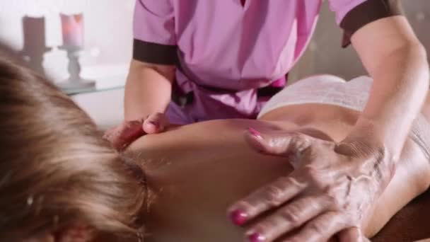 Koncept masáže. Krásná mladá žena reciving relxing masáž ve spa salonu