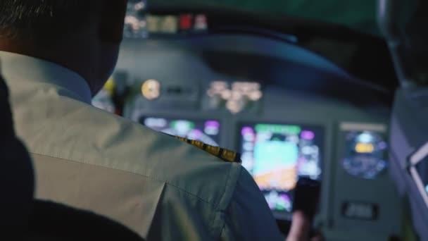 Kapitán se řídí letadlo, zadní pohled