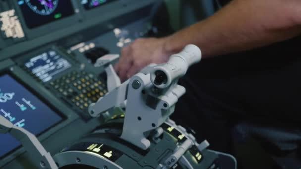 Panel spínačů v pilotní kabině letadla. Pilot řídí letadlo