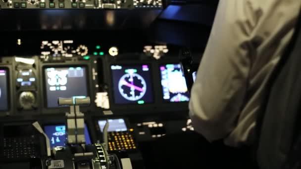 Kapitán se řídí letadlo, zadní pohled.