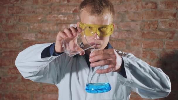 Šílený, šílený vědec provádí chemický experiment v laboratoři, pomalý pohyb