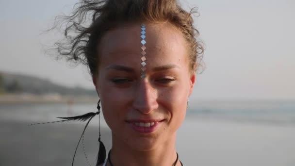 Porträt einer jungen Frau mit indischem Bindi, die in die Kamera blickt