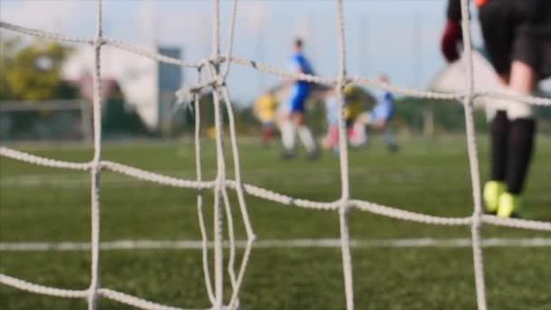Mesh futballpálya elmosódott focisták játszani és képzési foci játék.