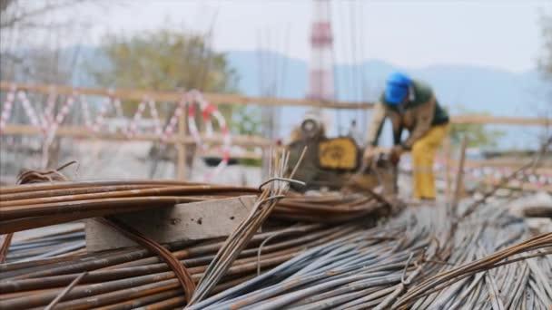 Podrobný pohled na kovové dráty a trubky na staveništi mimo.