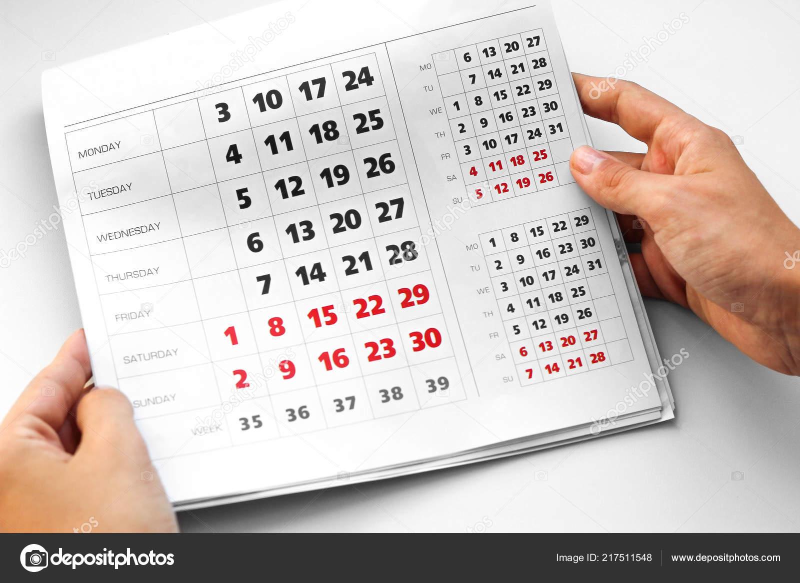 Calendario En Blanco.Mano Que Sostiene Calendario Calendario Blanco Los Fines Semana